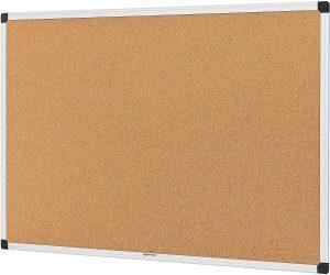 Tablero de corcho con marco de aluminio de AmazonBasics- Los mejores tableros de corcho